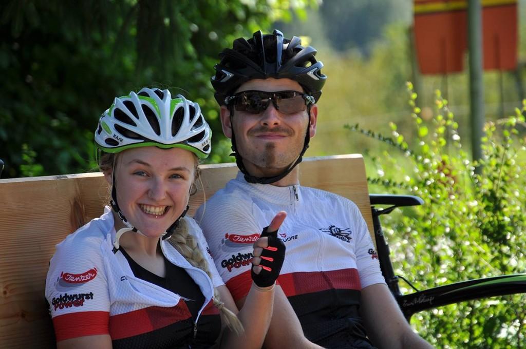 Mentalcoach Nicole ist fröhlich. Bei Joel wirkt das Lächeln bereits etwas erzwungen.